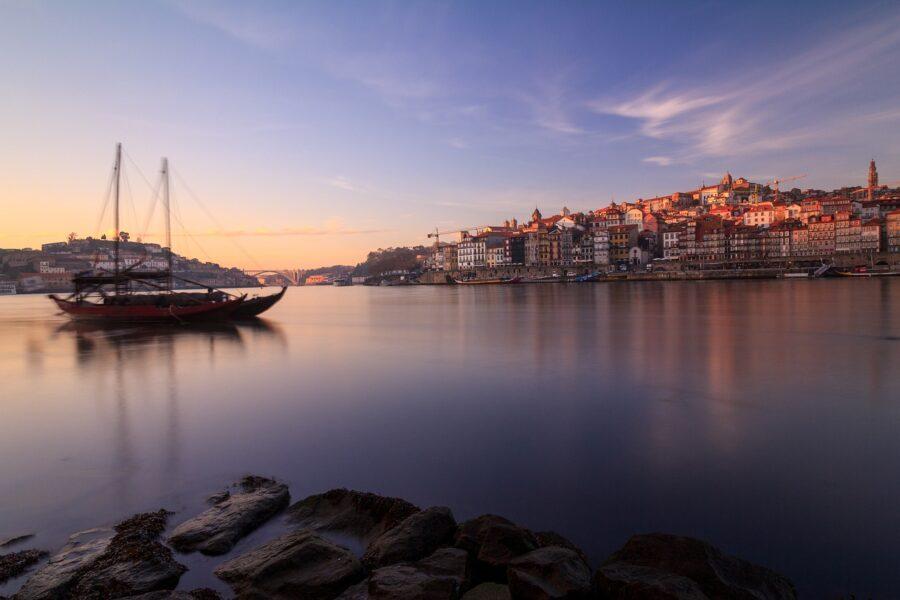 il Portogallo è pronto ad accogliere Città di Oporto sul fiume Douro Foto di Alejandro Piñero Amerio da Pixabay